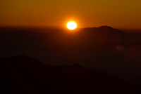 浅間山越しに登る太陽