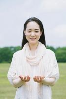 手を差し出す日本人女性