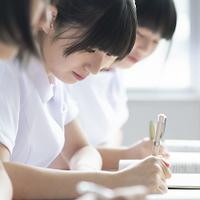 教室で授業を受ける看護学生