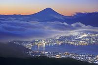 長野県 高ボッチから夜明けの雲海の富士山と諏訪湖の街灯り