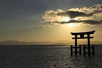 早朝の琵琶湖と白鬚神社の鳥居 滋賀県