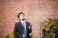 仕事を探す日本人ビジネスマン