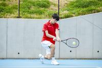 プレーする男子テニス選手