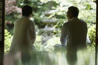 庭を眺める日本人シニア夫婦