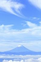 山梨県 乙女高原 残雪の富士山と雲海の山並み