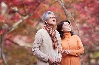 紅葉狩りをする中高年夫婦