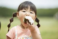 おにぎりを食べる日本人の女の子