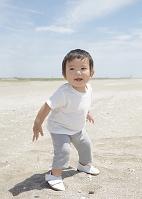 砂浜の日本人の男の子