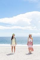 海岸に立っている笑顔の日本人女性