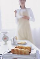 トースターのパンと女性