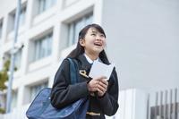 受験票を持って喜ぶ女子中学生