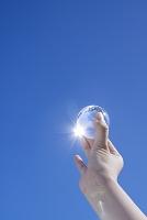 手に持った地球儀と光