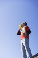 汗をタオルで拭く日本人男性