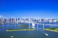東京都 レインボーブリッジと高層ビル