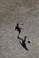 サッカーの練習をする少年