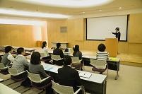 プレゼンテーションをする男性と聴衆