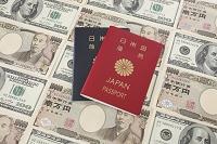 100ドル紙幣と1万円札とパスポート