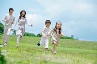 芝生を走る日本人家族