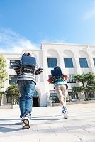 校庭を走っている日本人の小学生
