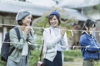 おみくじを結ぶ日本人女性