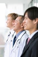 笑顔の医師とビジネスマン横顔