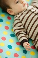 寝そべる赤ちゃん