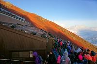 山梨県/静岡県 富士山・八合目の朝。山小屋と登山者