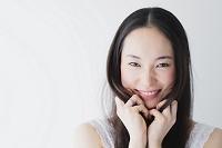 髪を触る日本人女性