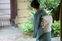 日本のおもてなし 着物の中高年女性