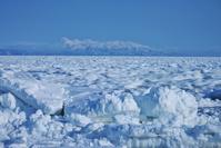 北海道 野付半島より流れて動く流氷と知床連山