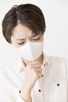 咳をするマスクをした女性
