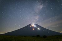 山梨県 登山道光る富士山と星空