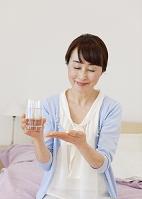 サプリメントを持つシニアの日本人女性