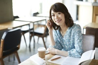 カフェで勉強する日本人女性
