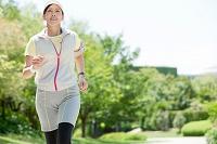 ジョギングをする中高年日本人女性