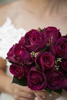 バラの花束を持った女性