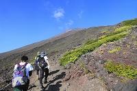 静岡県 富士山 須走ルート本六合目付近の登山道と登山者