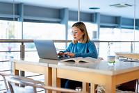 ノートパソコンで勉強する女の子