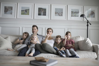 テレビを見る外国人家族