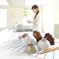 キッチンに積み重ねた和食器