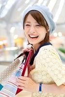 買い物袋を持つ笑顔の日本人女性