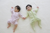 ブランケットの上で眠る日本人の赤ちゃん
