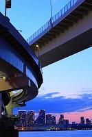 東京都 お台場より 高速道路とビル群 夕景