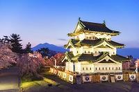 青森県 修理移築中の弘前城天守閣 桜と岩木山(16年4月)
