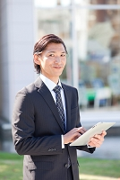 iPadを操作しているビジネスマン