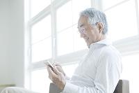 スマートフォンを見る中年日本人男性