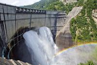 富山県 放水する黒部ダム