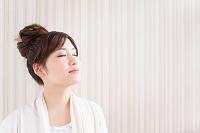 目を閉じている日本人女性
