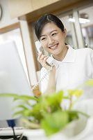 介護施設で電話応対する介護士