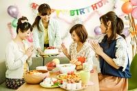 誕生日を祝う日本人女性